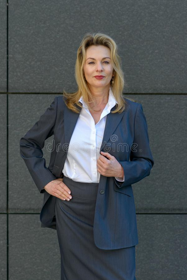 Säker avkopplad attraktiv blond affärskvinna royaltyfri bild