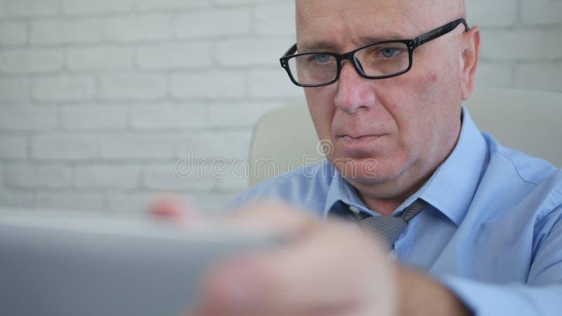 Säker bild av en affärsman Opening Laptop Screen royaltyfri foto