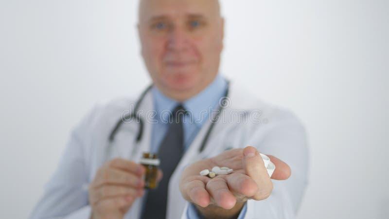 Säker doktor Smile Showing Medicines som rekommenderar en ny pillerbehandling royaltyfri bild