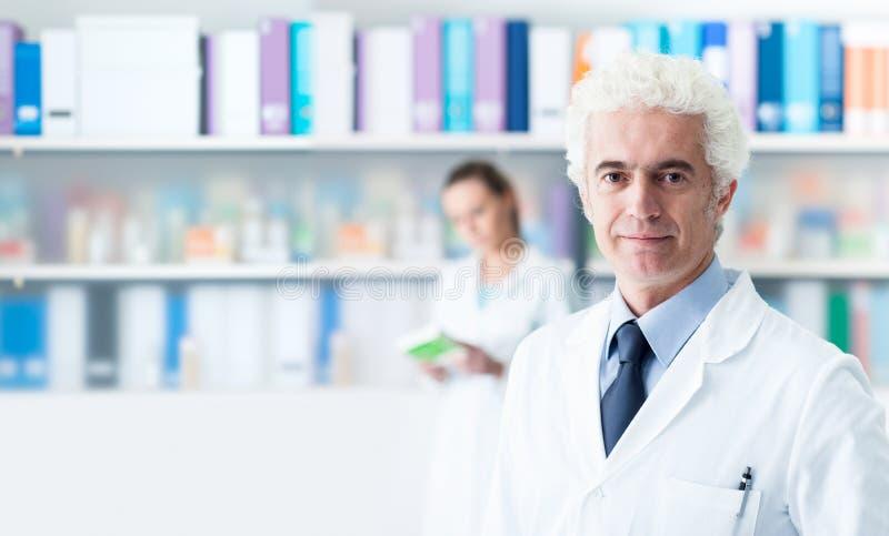 Säker doktor som poserar i hans kontor royaltyfria bilder