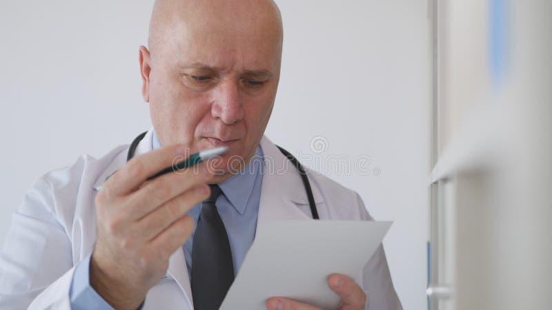 Säker doktor Writing ett recept för en medicinsk behandling royaltyfri fotografi