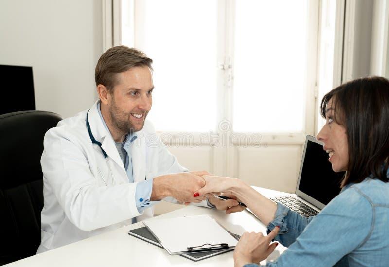Säker doktors- och kvinnapatient som har en konsultation som talar om behandling i klinikkontor royaltyfria bilder