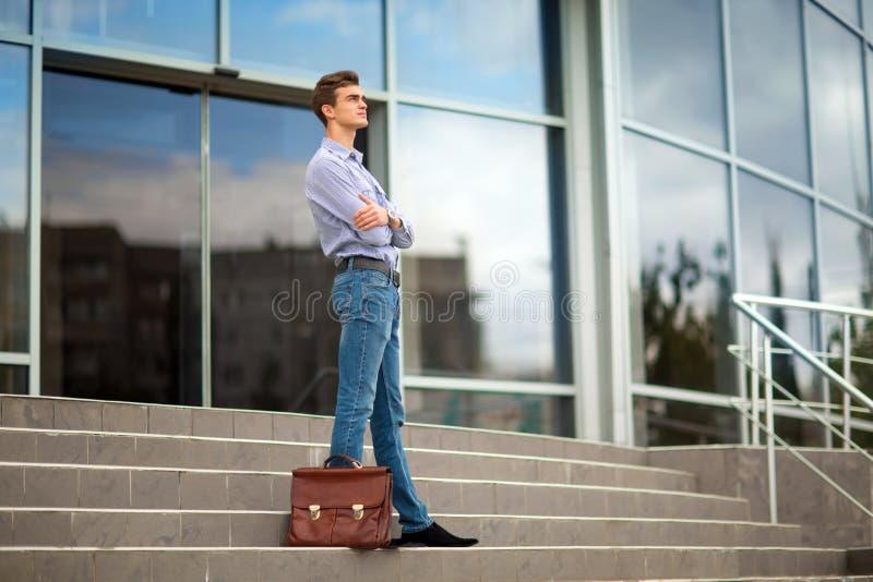 Säker, härlig modern affärsman på kontorsbyggnadbakgrunden Finansiell affärsidé kopiera avstånd royaltyfria foton