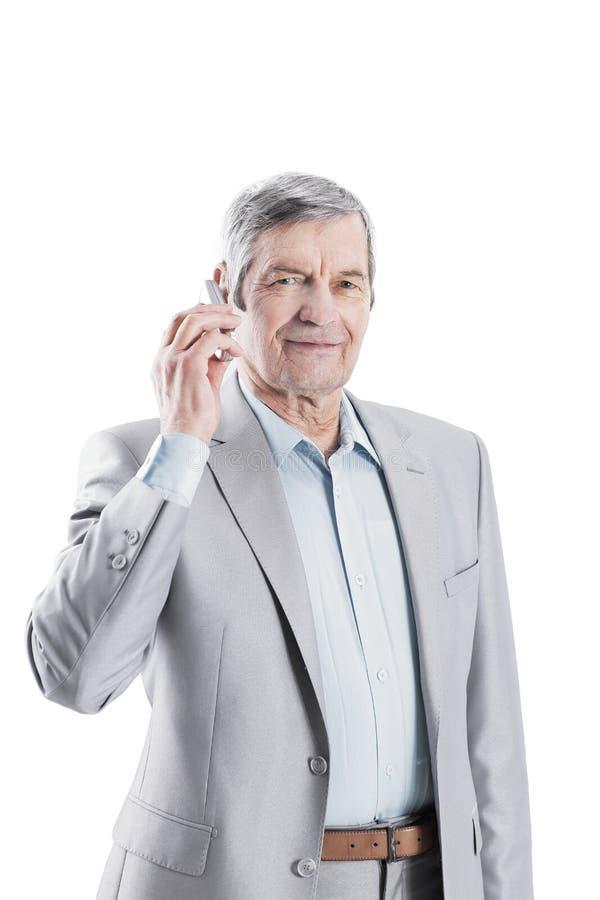 Säker hög affärsman med mobiltelefonen I arkivfoto