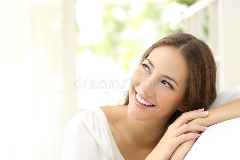 Säker kvinna för skönhet som från sidan ser arkivbild