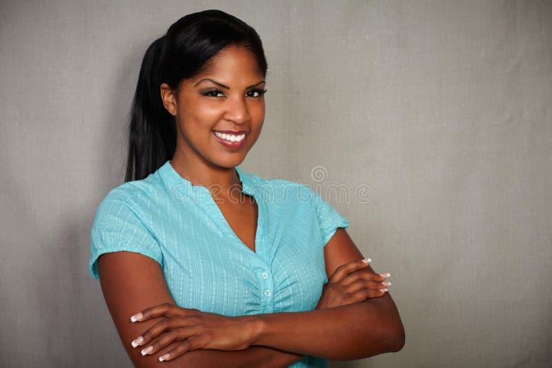Säker kvinna som plattforer med korsade armar royaltyfri fotografi