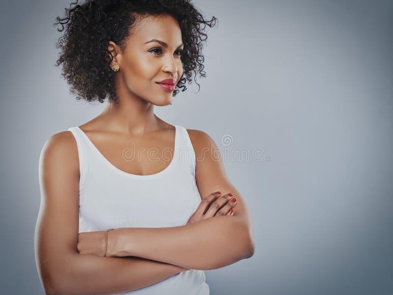 Säker kvinna som ser in mot kopieringsutrymme arkivfoto