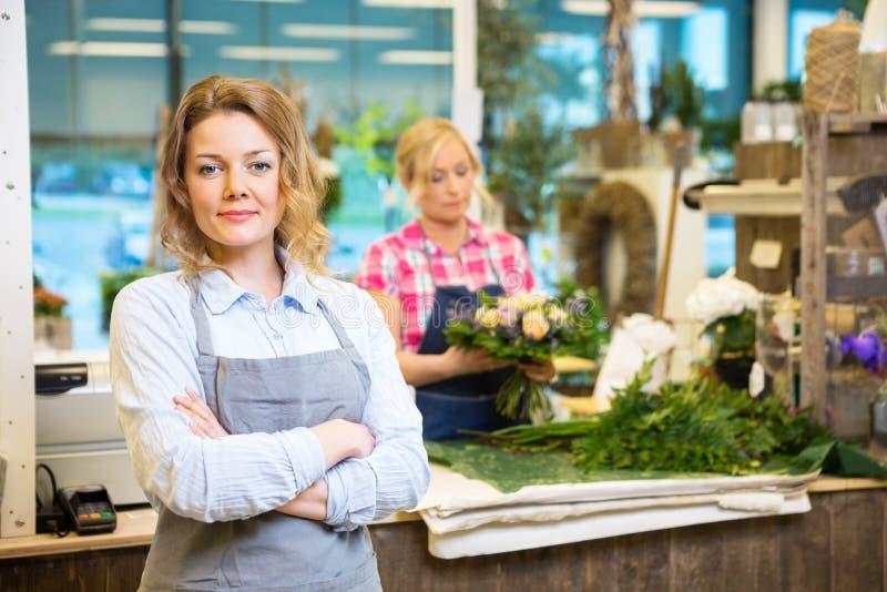 Säker kvinnlig ägare i blomsterhandel royaltyfri fotografi