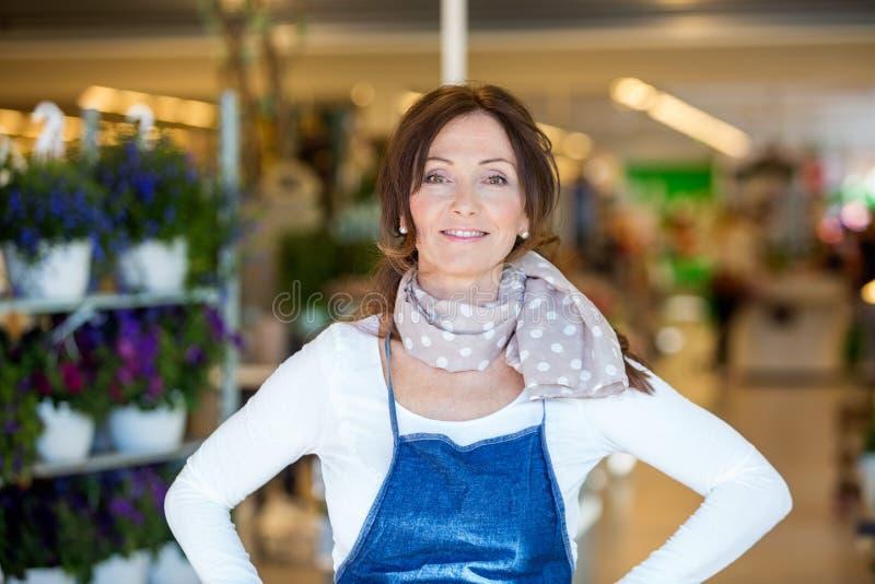 Säker kvinnlig blomsterhandlare In Shop fotografering för bildbyråer