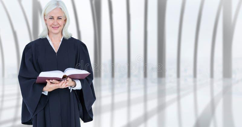 Säker kvinnlig domareinnehavbok arkivbilder