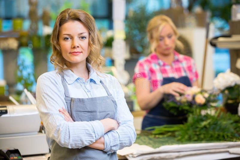 Säker kvinnlig entreprenör In Flower Shop arkivbild