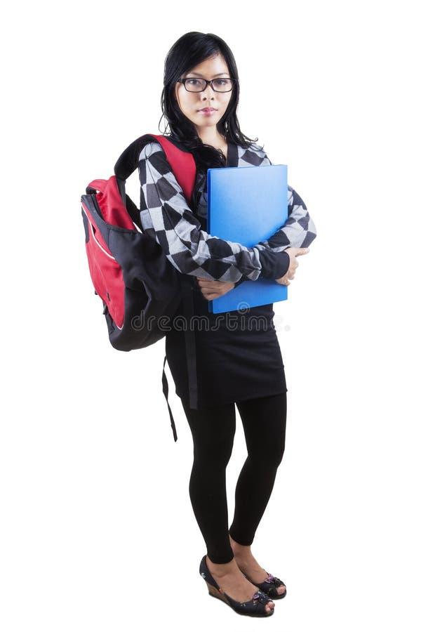 Säker kvinnlig student i studio royaltyfri bild