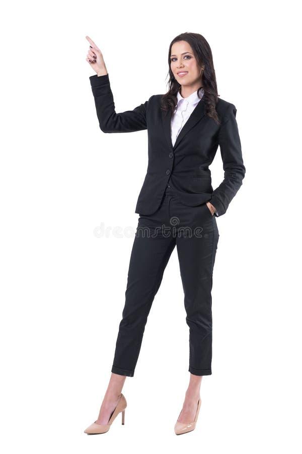 Säker le lyckad affärskvinna som pekar upp fingret och ser kameran royaltyfri fotografi