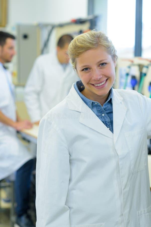 Säker lycklig kvinnlig doktor för stående royaltyfri bild