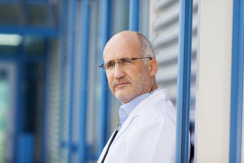 Säker manlig doktor fotografering för bildbyråer