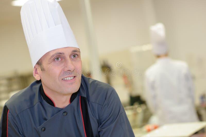 Säker manlig kock In Kitchen royaltyfria foton