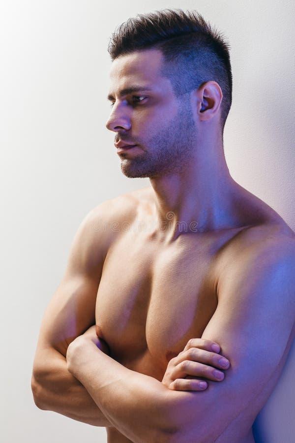 Säker muskulös shirtless man med korsade armar royaltyfri bild