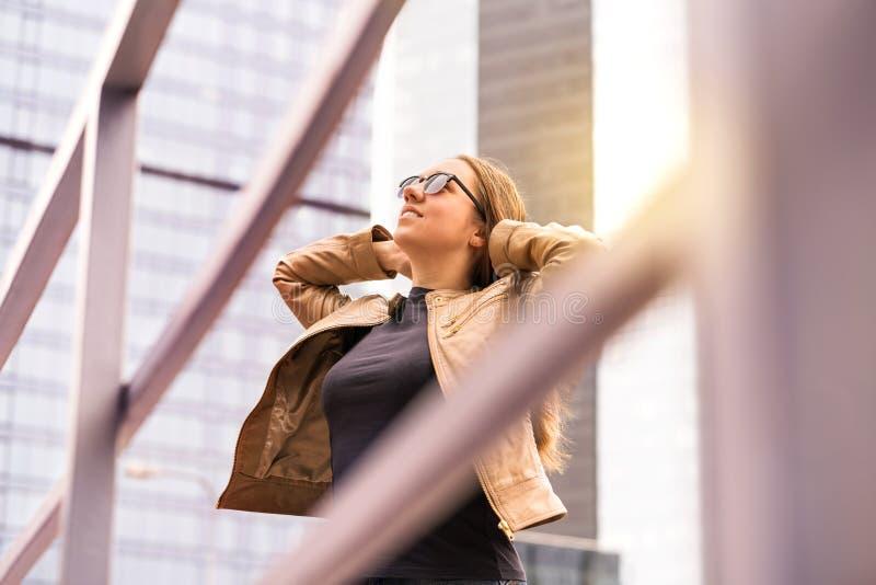 Säker och driftig kvinna som har en bra dag fotografering för bildbyråer