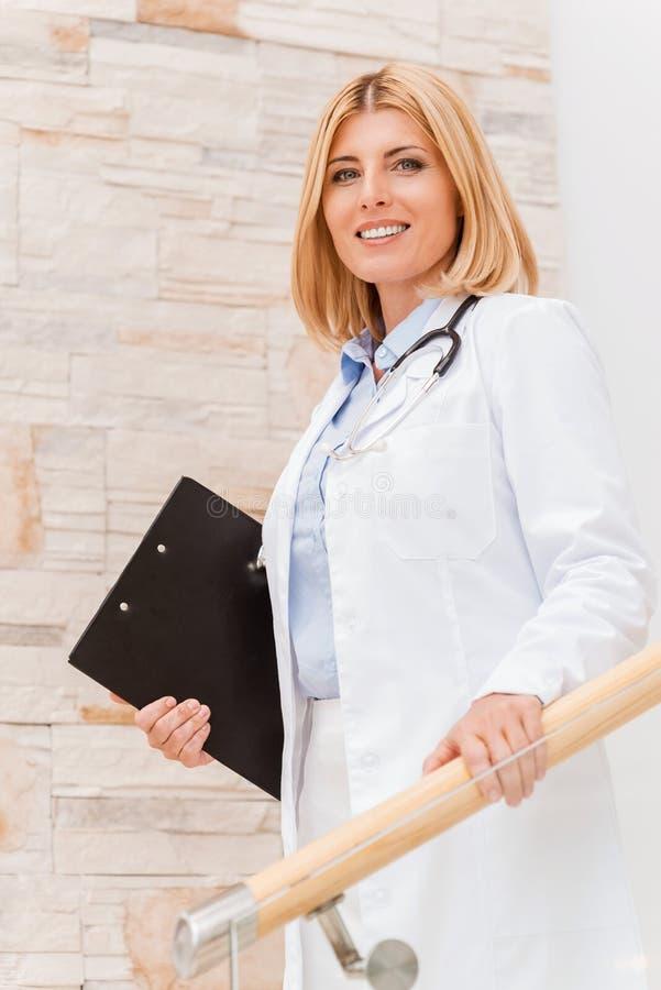 Säker och erfaren kvinnlig doktor royaltyfri bild