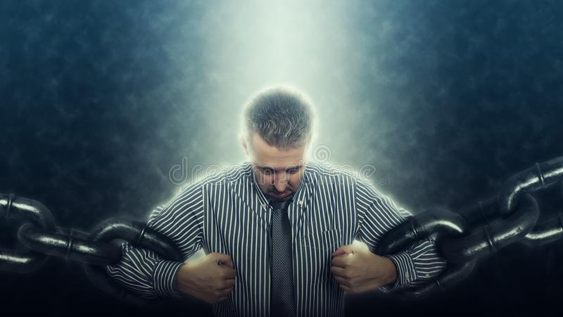Säker och ilsken affärsman som bryter kedjan fotografering för bildbyråer