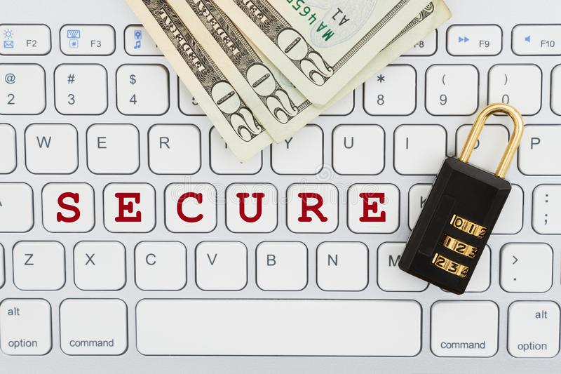 Säker online-transaktion med kombinationslåset och pengar på ett tangentbord royaltyfria bilder
