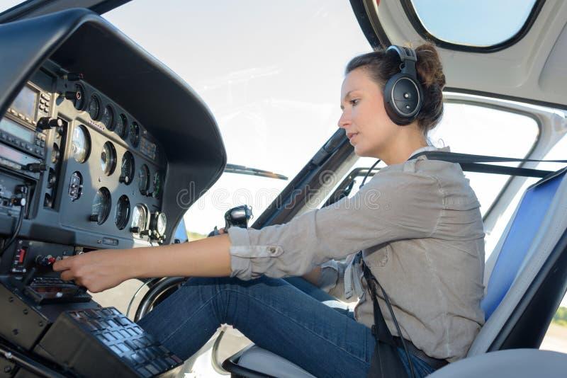 Säker pilot med hörlurar med mikrofon i privat helikopter arkivbilder