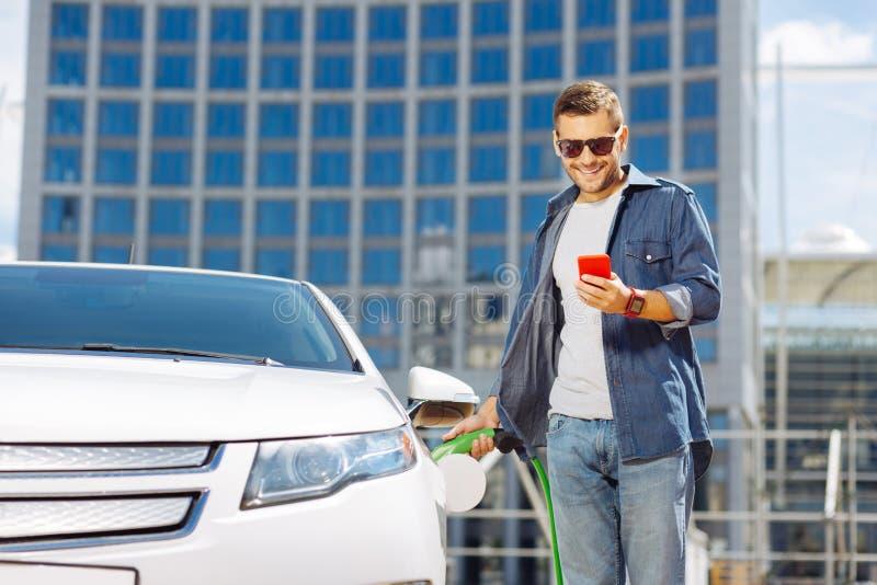 Säker positiv man som är på bensinstationen fotografering för bildbyråer