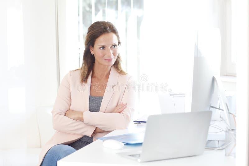 säker professional kvinna fotografering för bildbyråer