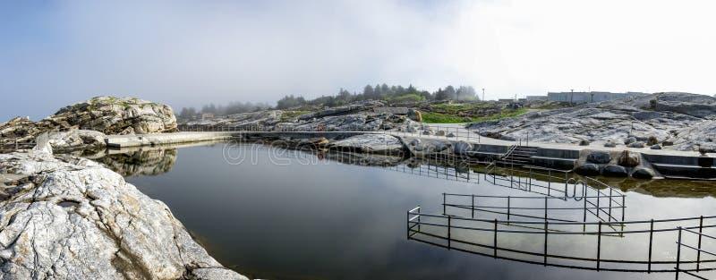 Säker ramp och trappor med stålstängsel vid Sjobadet Myklebust simmande havsområde, Tananger royaltyfria bilder