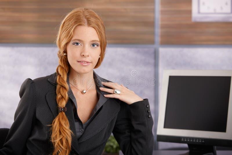 Säker redheadaffärskvinna royaltyfria bilder