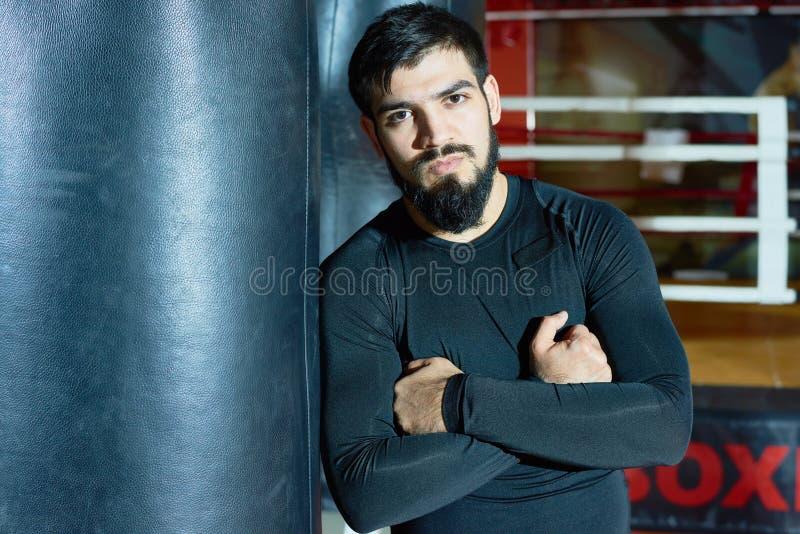 Säker skäggig boxare i idrottshall royaltyfri bild