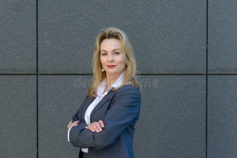 Säker smart affärskvinna med vikta armar arkivbilder