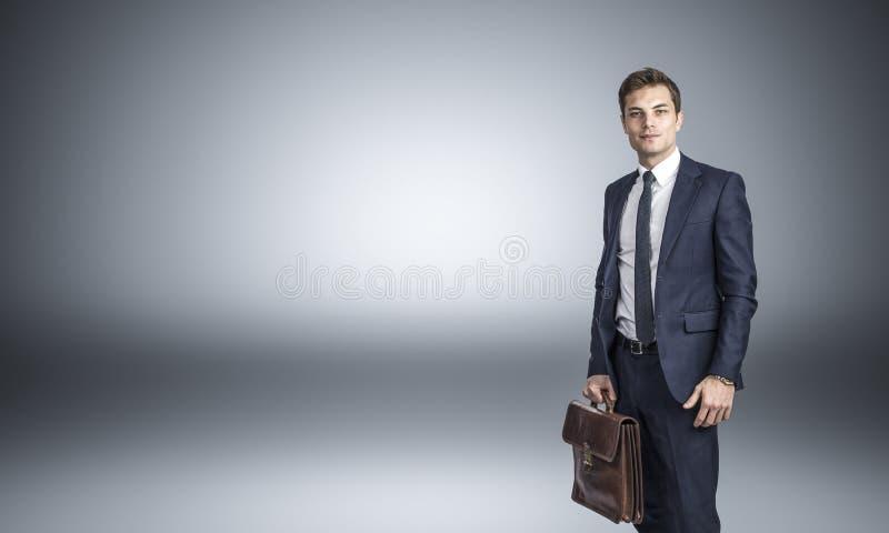 säker stående för affärsman royaltyfria foton