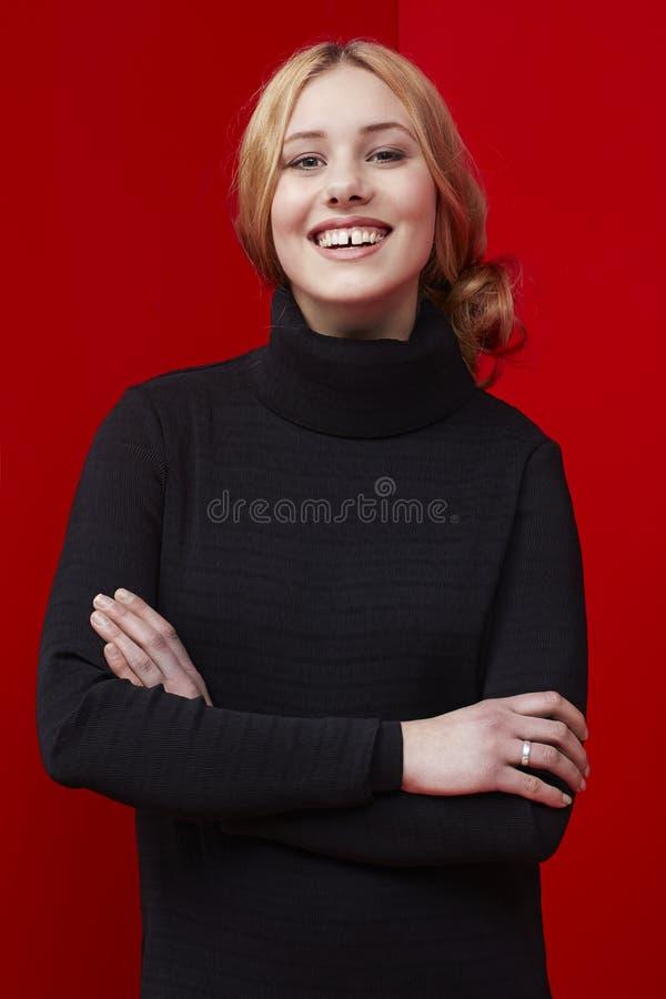 säker ståendekvinna royaltyfri fotografi