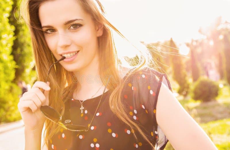 Säker tonårig flicka i solig utomhus- inställning arkivbilder
