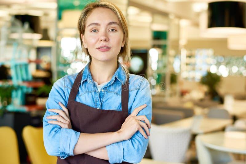 Säker tonårs- servitris Working i kafé arkivfoto