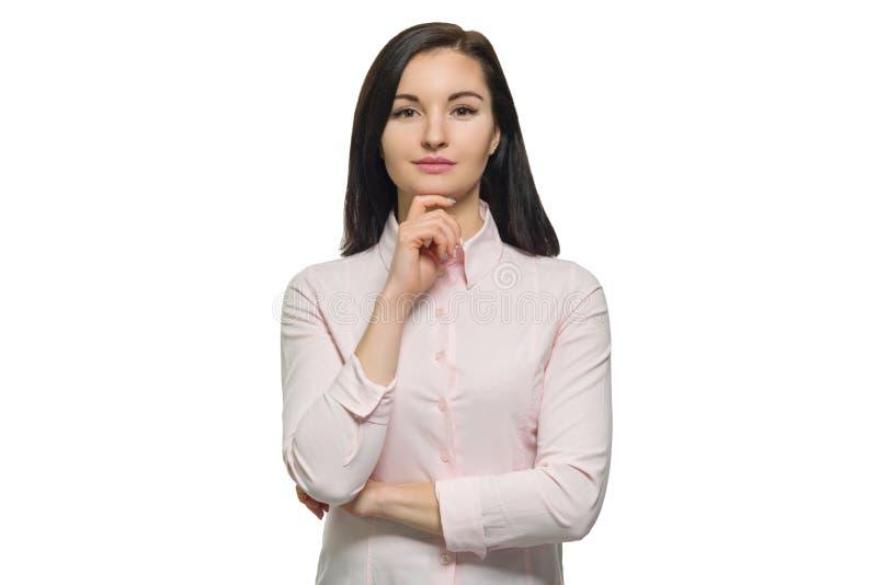 Säker ung affärskvinna i rosa skjorta på vit isolerad bakgrund royaltyfri fotografi