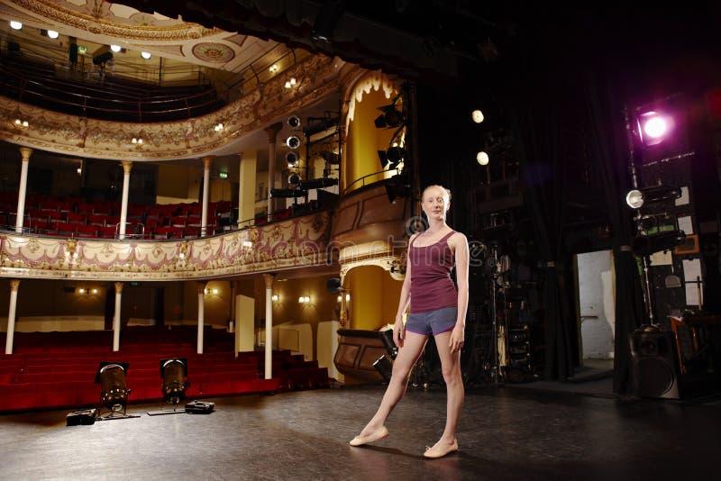 Säker ung balettdansör On Stage royaltyfria bilder