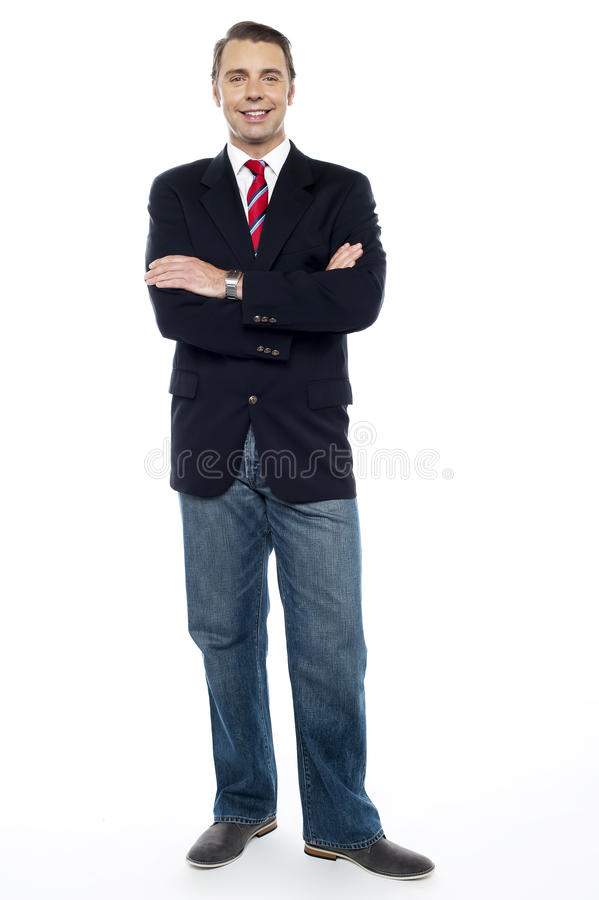 Säker ung konsulent med hans korsade armar royaltyfri bild