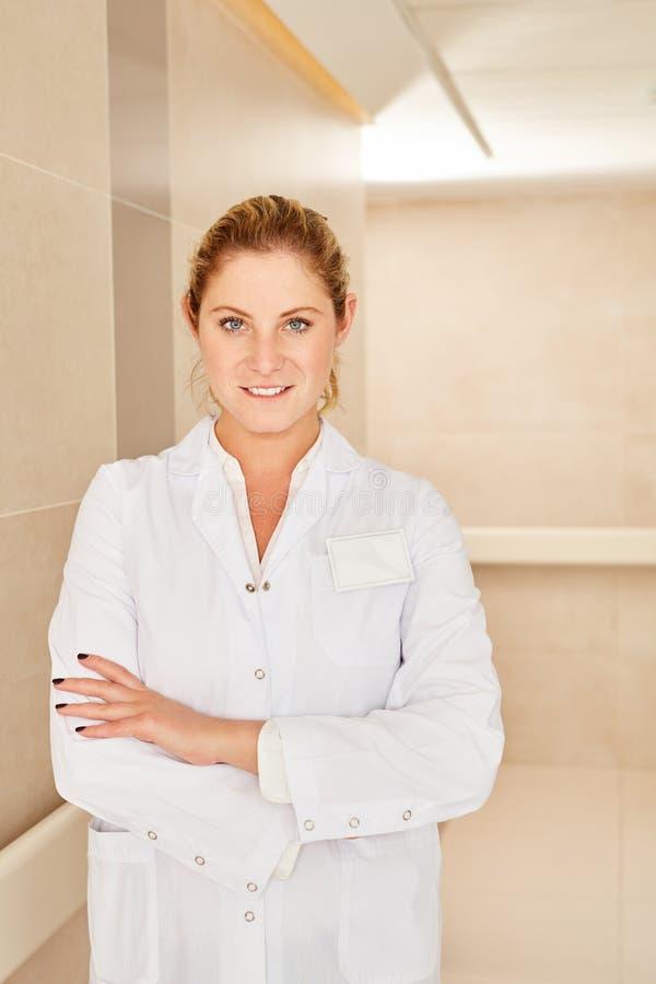 Säker ung kvinna som en kvinnlig doktor royaltyfri fotografi