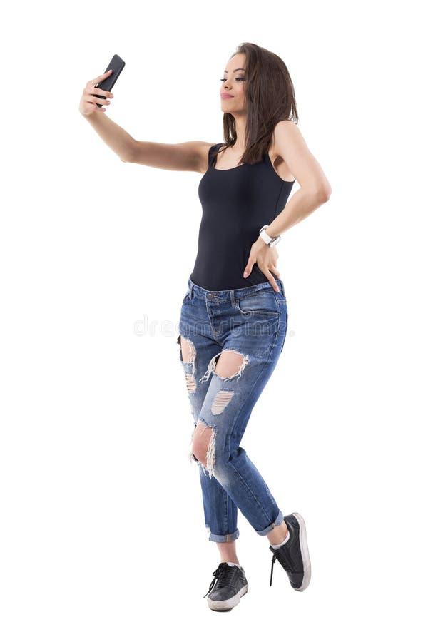 Säker ung vuxen passionerad kvinna som tar selfiefoto med mobiltelefonen royaltyfri foto