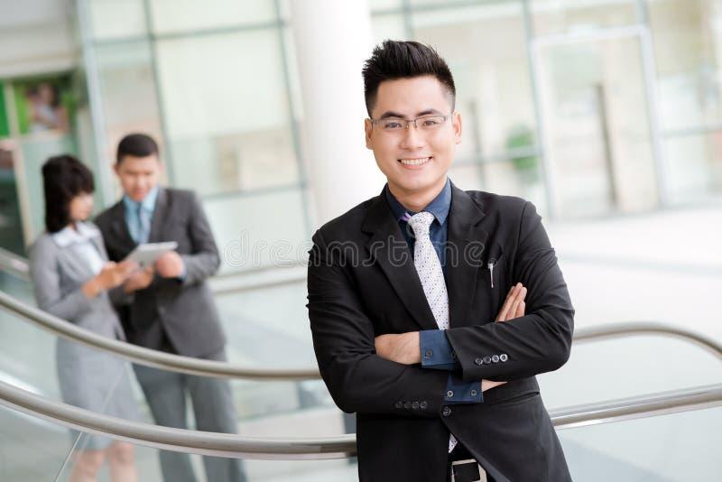 Säker vietnamesisk affärsman royaltyfria foton
