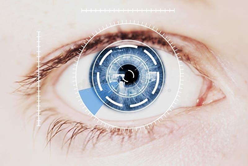 Säkerhet Iris Scanner på intensivt blått mänskligt öga royaltyfria bilder