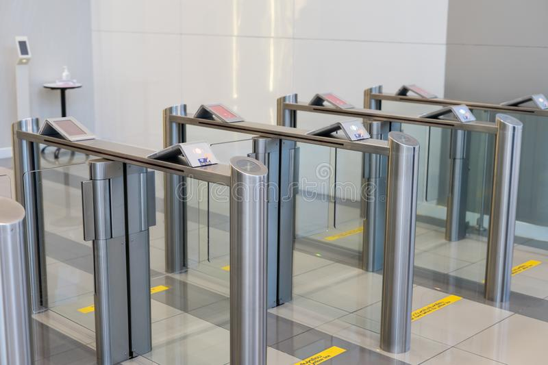 Säkerhet på en ingångsport med kontorsbyggnad för åtkomstskydd för nyckel- kort smart arkivbilder