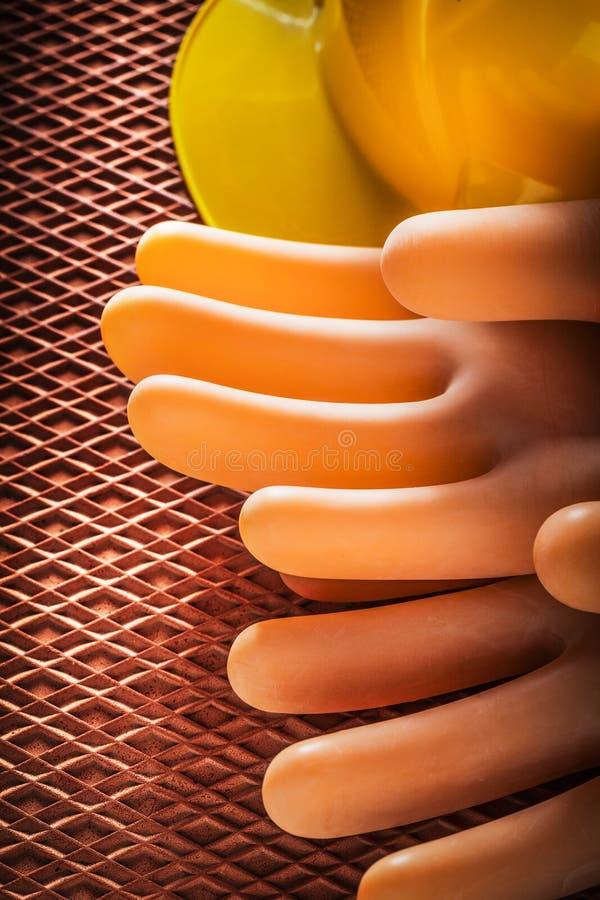 Säkerhet som isolerar handskar som bygger hjälmen på dielectric rubber mor arkivfoto