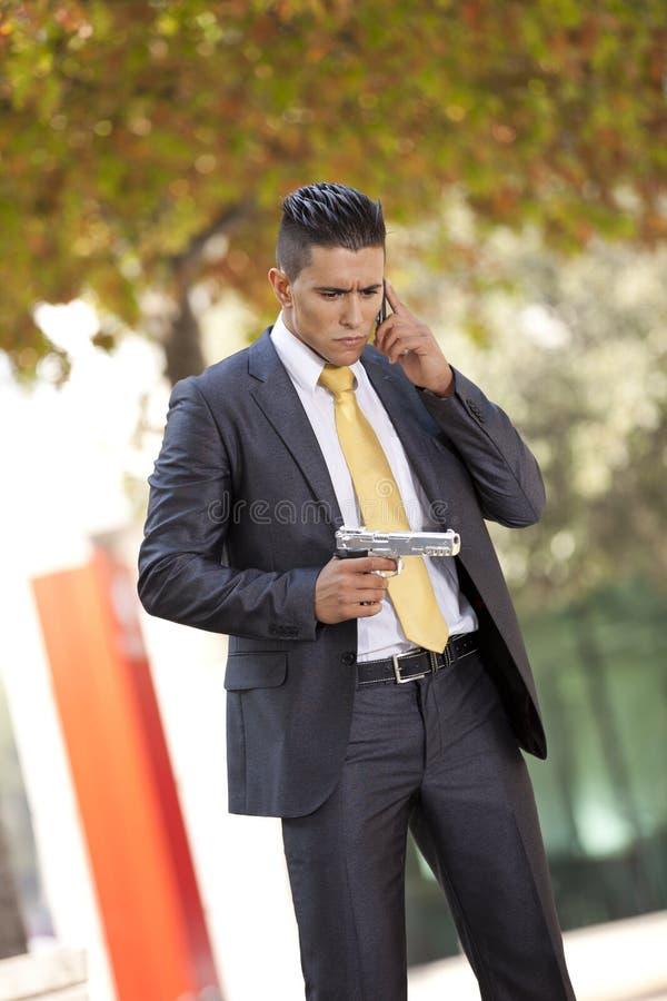 Säkerhetsaffärsman med en handeldvapen royaltyfria bilder