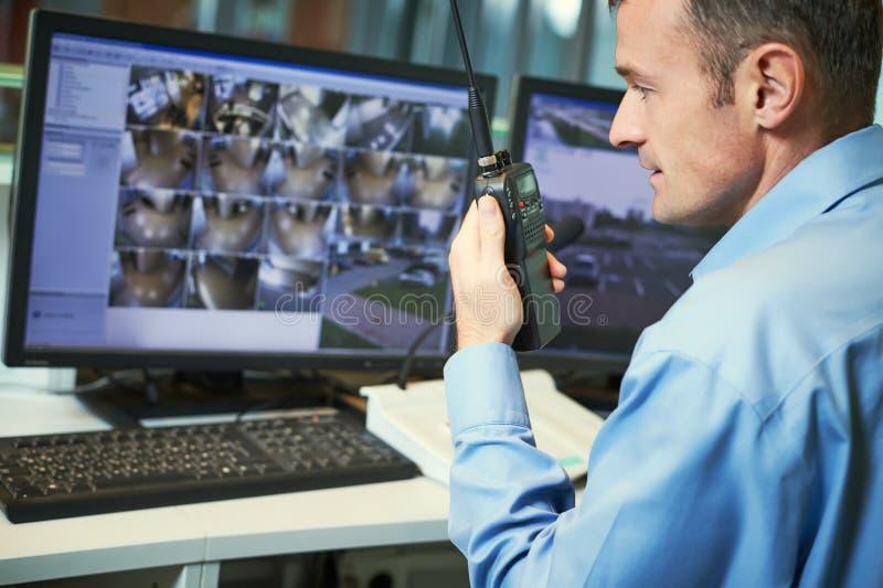 Säkerhetsarbetare med radior Videopn bevakningsystem royaltyfri fotografi