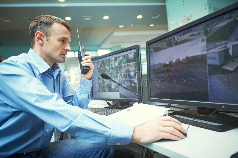 Säkerhetsarbetare under övervakning Videopn bevakningsystem arkivbilder
