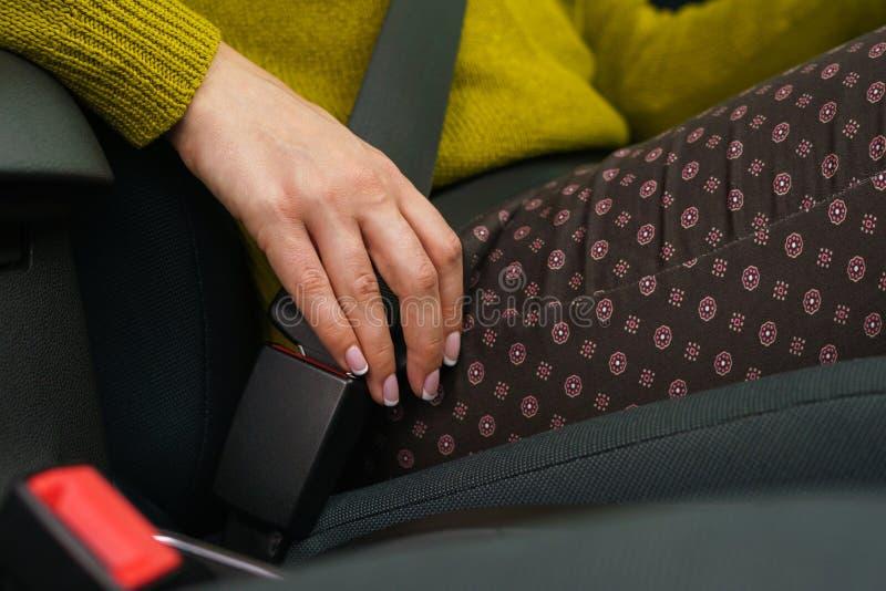 Säkerhetsbälte för säkerhet för kvinnafästandebil, medan sitta inom av veh fotografering för bildbyråer