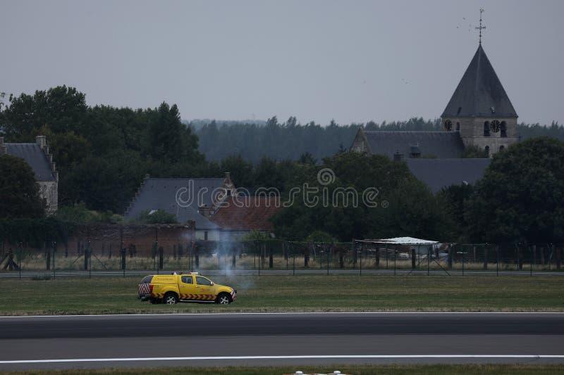 Säkerhetsbil som kontrollerar landningsbanan i Amsterdam flygplatsSchiphol AMS fotografering för bildbyråer
